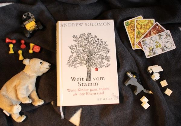 Bild zeigt das Buch Solomon, Weit vom Stamm, umgeben von Spielzeug