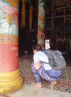 Besichtigung eines Tempels barfuß