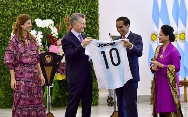 Indonesia - Argentina Perkuat Kerja Sama di Tiga Bidang, Jokowi Dihadiahi Kostum Timnas Argentina