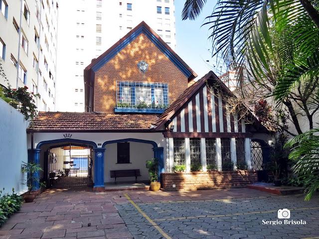 Vista ampla do casarão antigo em estilo Tudor na Alameda Campinas - Jardim Paulista - São Paulo
