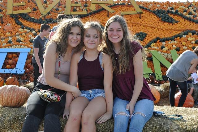 teens-corn-maze-fall-girls