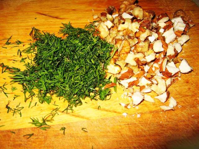 Орехи и зелень мелко нарезать