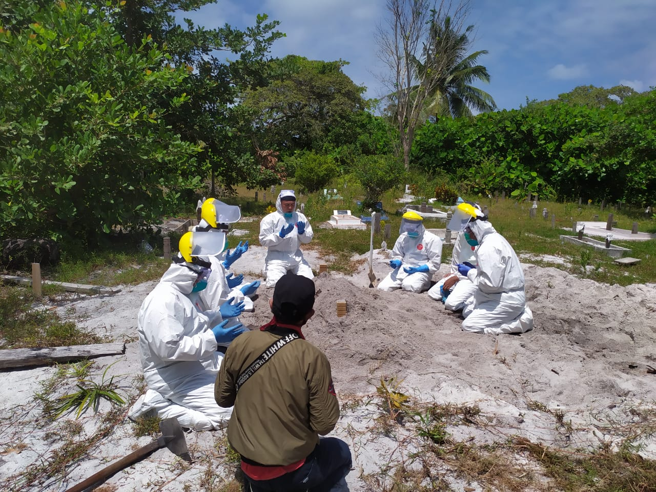 Kabag Ops Polres Natuna Pimpin Pemakaman  Jenajah Pasien Covid-19 Dengan Standard Protokol Covid-19