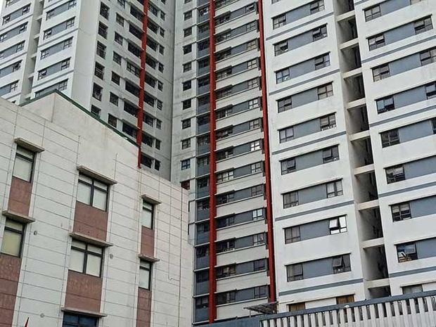 Vụ bé trai 3 tuổi rơi từ tầng 6 chung cư KĐT Gamuda tử vong: Cháu bé ở nhà với mẹ, chui qua lưới bảo vệ cửa sổ phòng ngủ