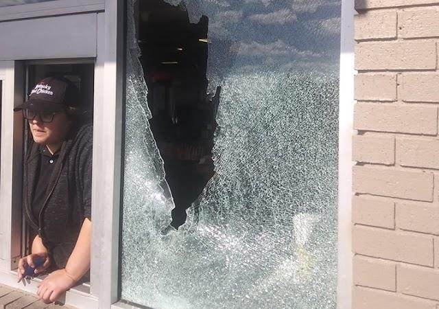 Lövöldözni kezdett egy nő a KFC-ben, mert nem kapott szalvétát és villát