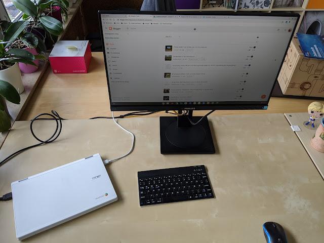 Philips Bildschirm mit Chromebook und Tastatur