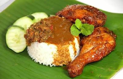 Nasi Kukus Ayam Goreng Berempah dan Kuah