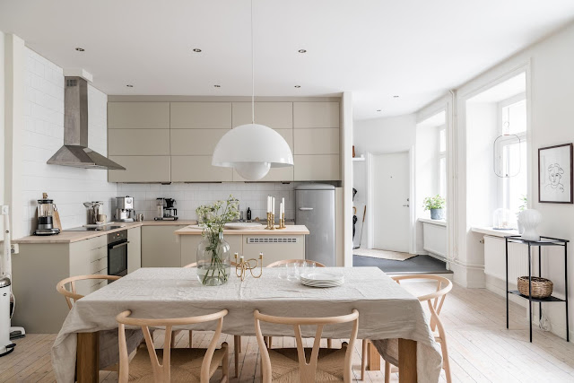 Tonuri delicate de crem într-un apartament de trei camere din Suedia