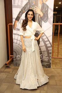 Kiara Advani Pos at Bharat Ane Nenu Success Meet 5