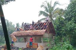 Personil Satgas Yonif Banau Pos Wakolo Bantu Pembuatan Rumah Adat
