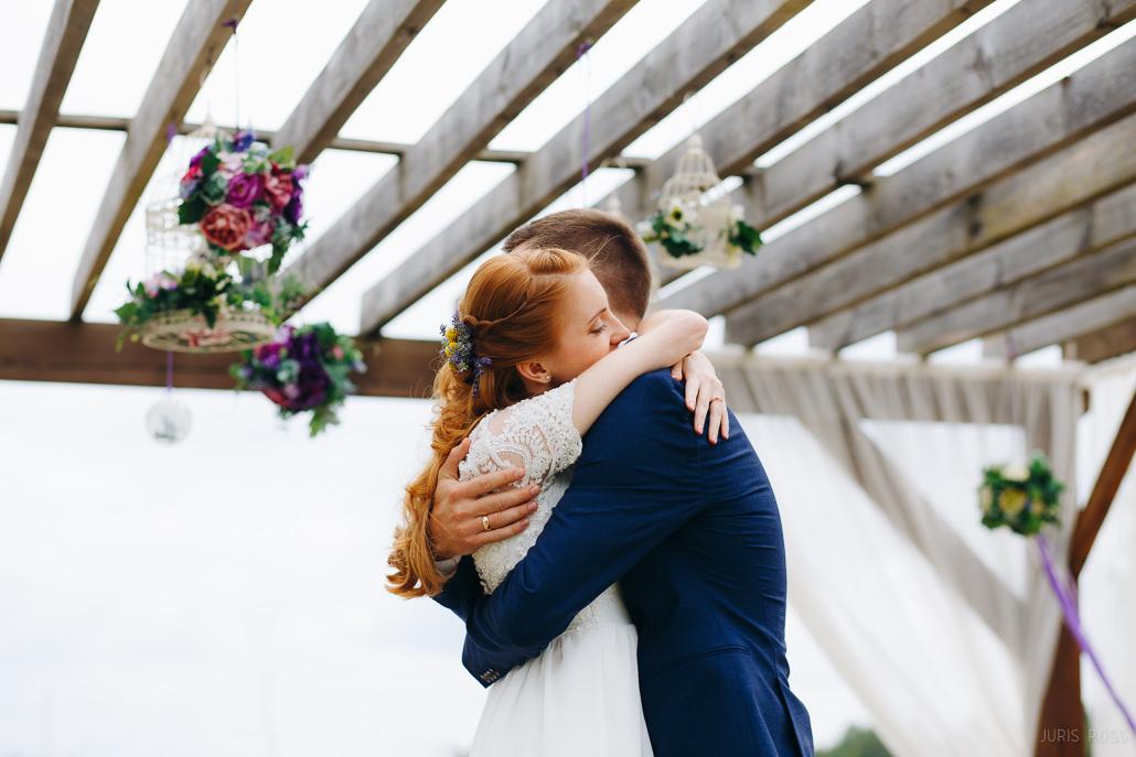 labs kāzu fotogrāfs romantiska kāzu fotosesija mežā