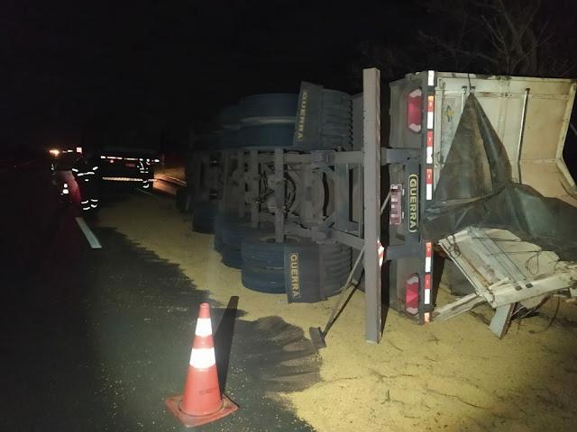 Tombamento de caminhão deixa motorista ferido e carga de soja espalhada por rodovia