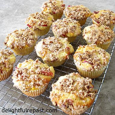 Peach Cobbler Muffins - Pecan Streusel Topping / www.delightfulrepast.com