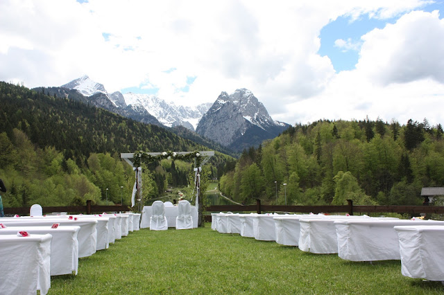 Trauung unter freiem Himmel, Panorama-Wiese, Hochzeit, Instagram und Social Media, heiraten in Garmisch, Riessersee Hotel, Bayern, Berghochzeit, Natur, See, Mai