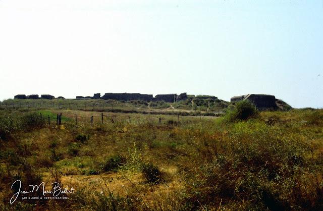 Fort d'Arboulé (la Varde), vue de la campagne — à droite : R506 casemate pour un canon de 4,7cm Pak(t)