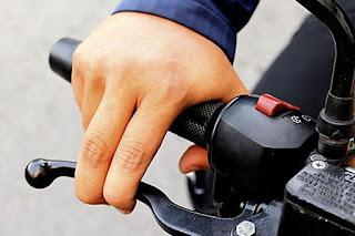 Selain Bahaya, Ini 3 Kerugian Jari Tangan Menempel di Tuas Rem Motor