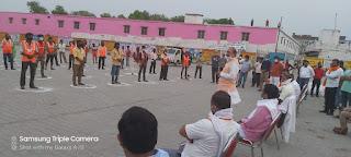 जौनपुर : सांसद बीपी सरोज ने सफाईकर्मियों को दिया राशन | #NayaSabera