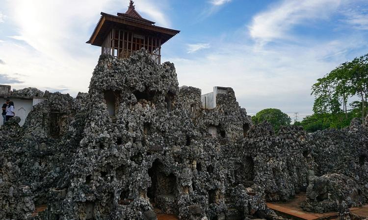 Goa Sunyaragi, Situs Sejarah Menarik & Sarat Mitos di Cirebon
