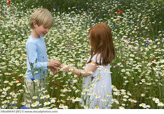 Αγόρι-και-κορίτσι-περιτριγυρίζονται-από-λουλούδια