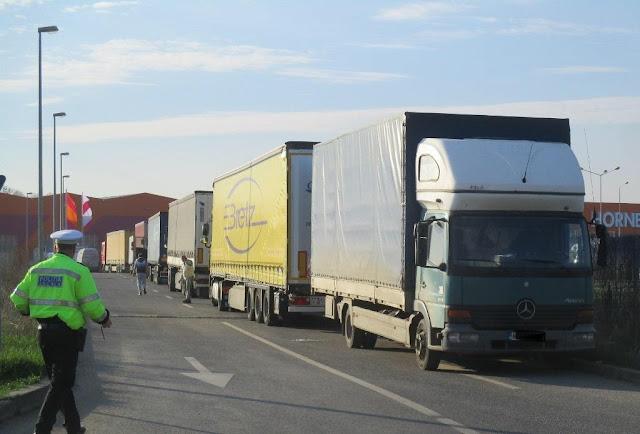 Masinile de mare tonaj care circulă în zone restricționate, Dâmbovița - Andreescu, amendate de politistii locali