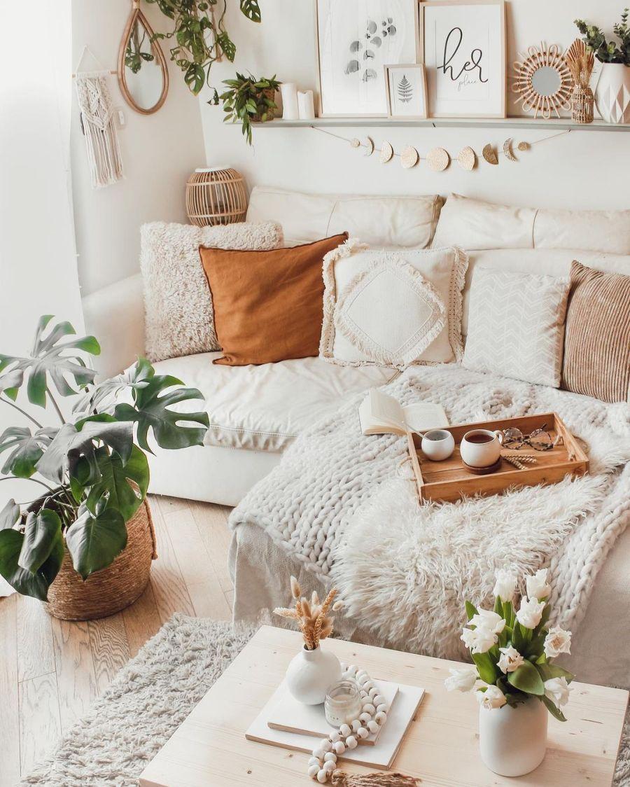 Biel, boho i styl skandynawski, wystrój wnętrz, wnętrza, urządzanie domu, dekoracje wnętrz, aranżacja wnętrz, inspiracje wnętrz, interior design, dom i wnętrze, aranżacja mieszkania, modne wnętrza, home decor, boho, styl skandynawski, scandinavian style, białe wnętrza, salon, pokój dzienny, living room, kanapa, sofa