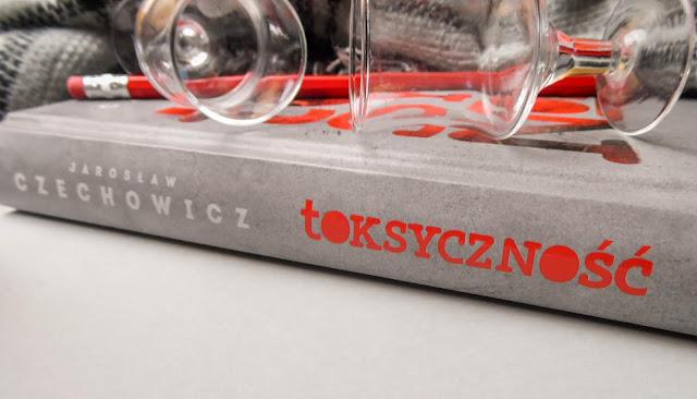 """""""Toksyna w małych dawkach pomaga, w większych truje"""" - problemy alkoholowe matki w książce """"Toksyczność"""" Jarosław Czechowicz (Prószyński i S-ka)"""