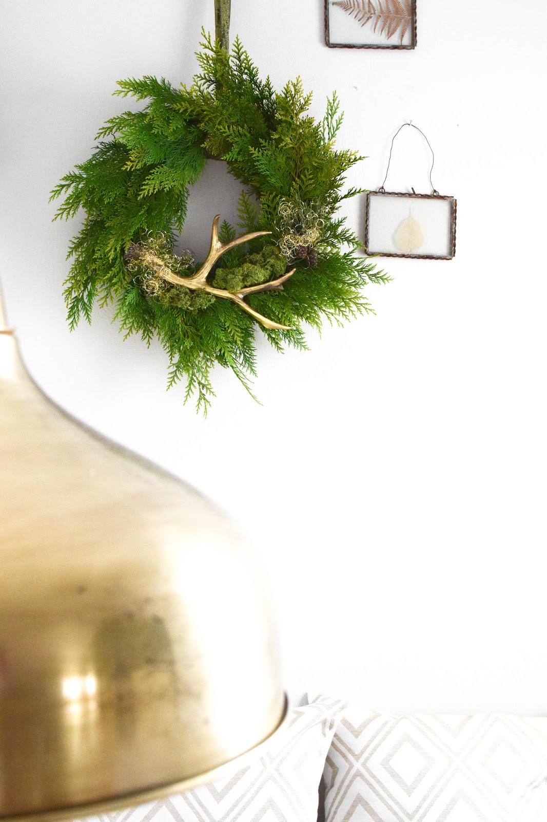 DIY Kranz selbermachen einfach und schnell mit Thuja, Kiefer, Geweih und anderen natürlichen Materialien.Thuja binden Deko Dekoration Dekoidee für Winter und Frühling. Perfekt für Haustüre, Fenster und als Wanddeko. Selbstgemachter Kranz