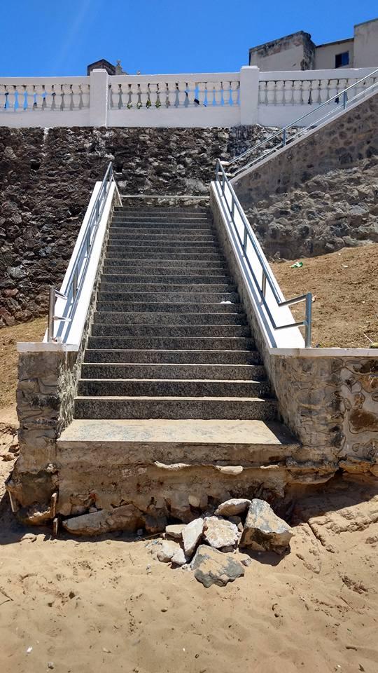 Essa escada de acesso à Praia da Paciência já virou piada nas redes sociais