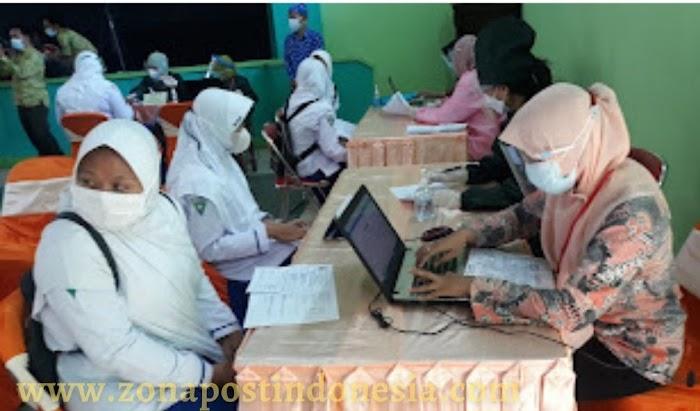 Pelaksanaan Vaksinasi Covid-19,  Kepada Pelajar Madrasah Aliyah Negeri 2 Situbondo Dilaksanakan Di Aula Sekolah