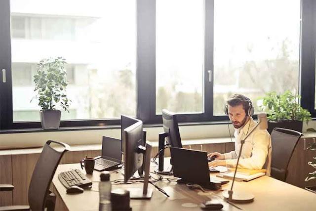 BI (Business Intelligence) atau dikenal juga dengan sebutan intelijensi bisnis adalah serangkaian proses, arsitektur, dan teknologi yang mengubah data mentah menjadi informasi yang bermakna yang mendorong tindakan bisnis yang menguntungkan.