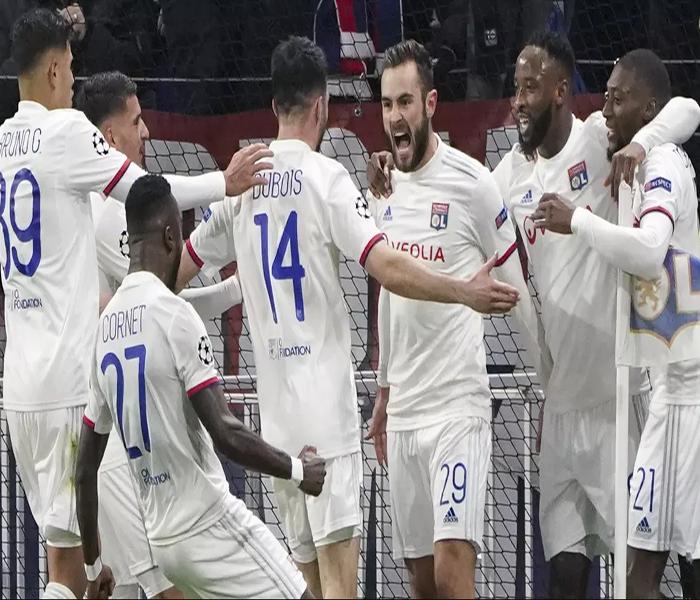 Para Pemain Lyon merayakan gol yang dicetak oleh Lucas Tousart ke gawang Juventus pada laga Liga Champions di stadion Parc Lyonnais, Lyon menang 1-0 atas Juventus.