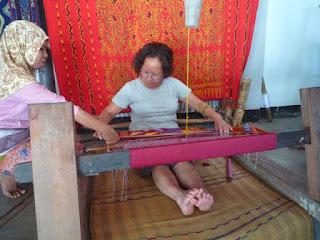 praktek buat songket di Desa Sukarara
