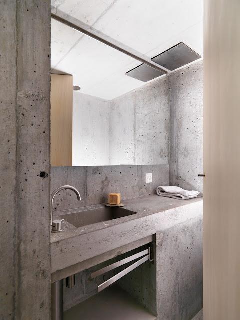 бетонный умывальник в бетонной ванной комнате