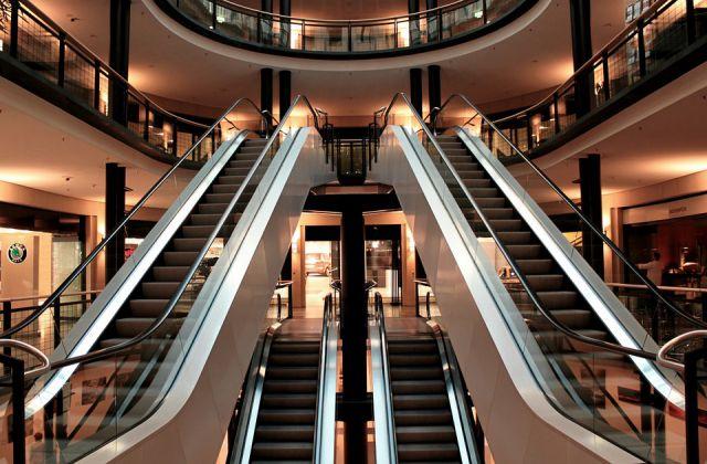 Eskalator atau Tangga Berjalan dalam Bangunan