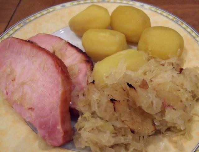 """Lecker Kassler mit Sauerkraut aus dem Backofen. Ein total einfaches Rezept: Kassler bzw. """"Kasseler"""" mit Sauerkraut, ganz schnell im Ofen gemacht, toll für die Familie und für Gäste!"""