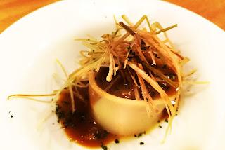 canelon de txangurro en salsa de cigalas