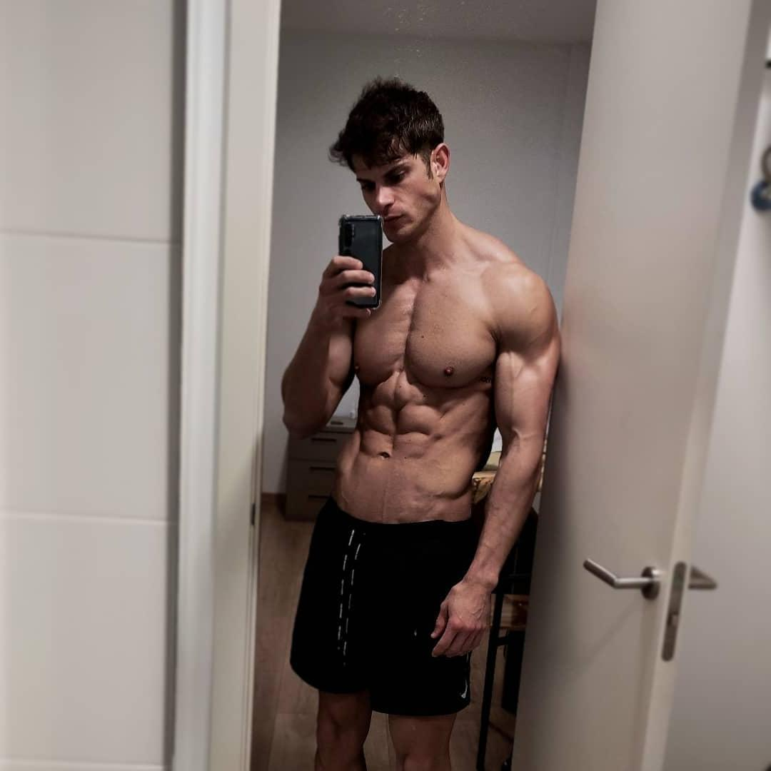 sexy-ripped-sixpack-abs-fit-hunky-bro-barechest-selfie