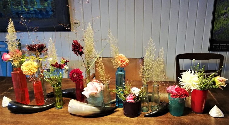 Geburtstagstisch mit Blumen aus dem Garten
