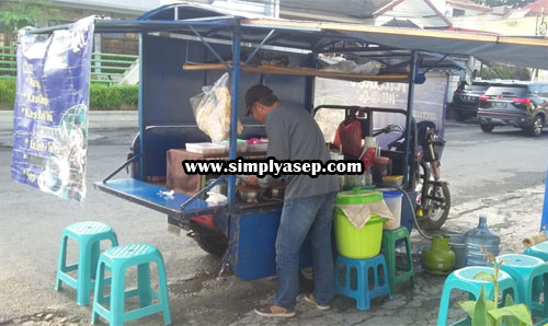 BUSY: Mas Gatot, the name of the seller is the Mixed Rice cart. Surabaya people apparently migrated and settled in the city of Malang since 2015. The sale is in the path of Borobudur Teursan (1/26). Photo of Asep Haryono