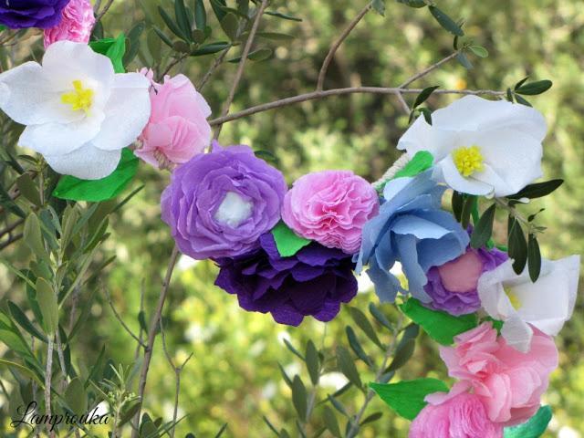 Διακοσμητική γιρλάντα με χάρτινα λουλούδια.