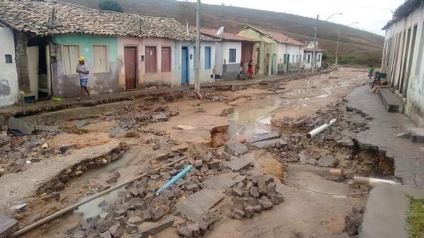 A chuva forte que caiu durante 2h deixou as ruas destruídas (Foto: Edmundo Carvalho/Divulgação)