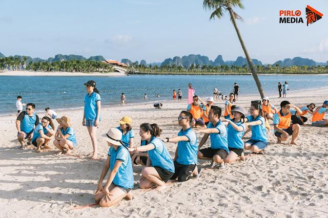 Mọi người vui vẻ khi chụp ảnh team building ở bãi biển Hạ Long