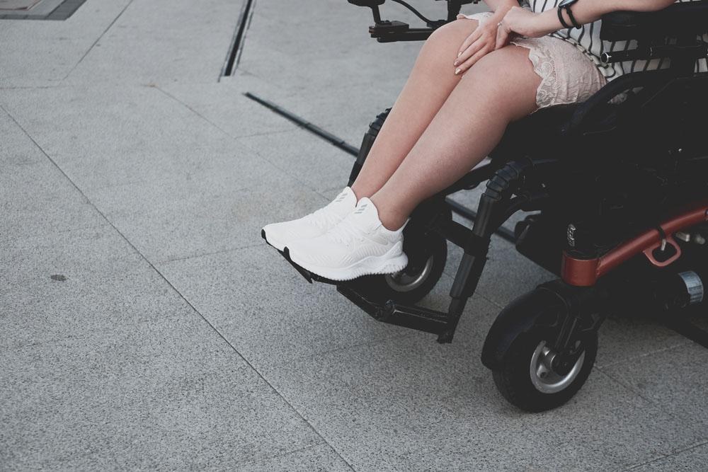 jak nosić białe sportowe buty do spódniczki