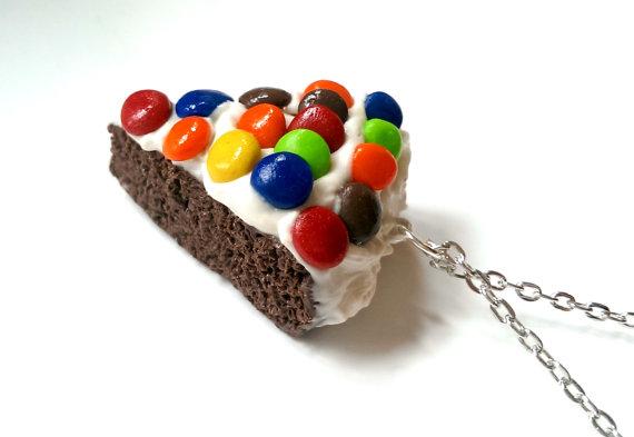 miniatur makanan yang berntuk kue tar yang lezat dan nikmat