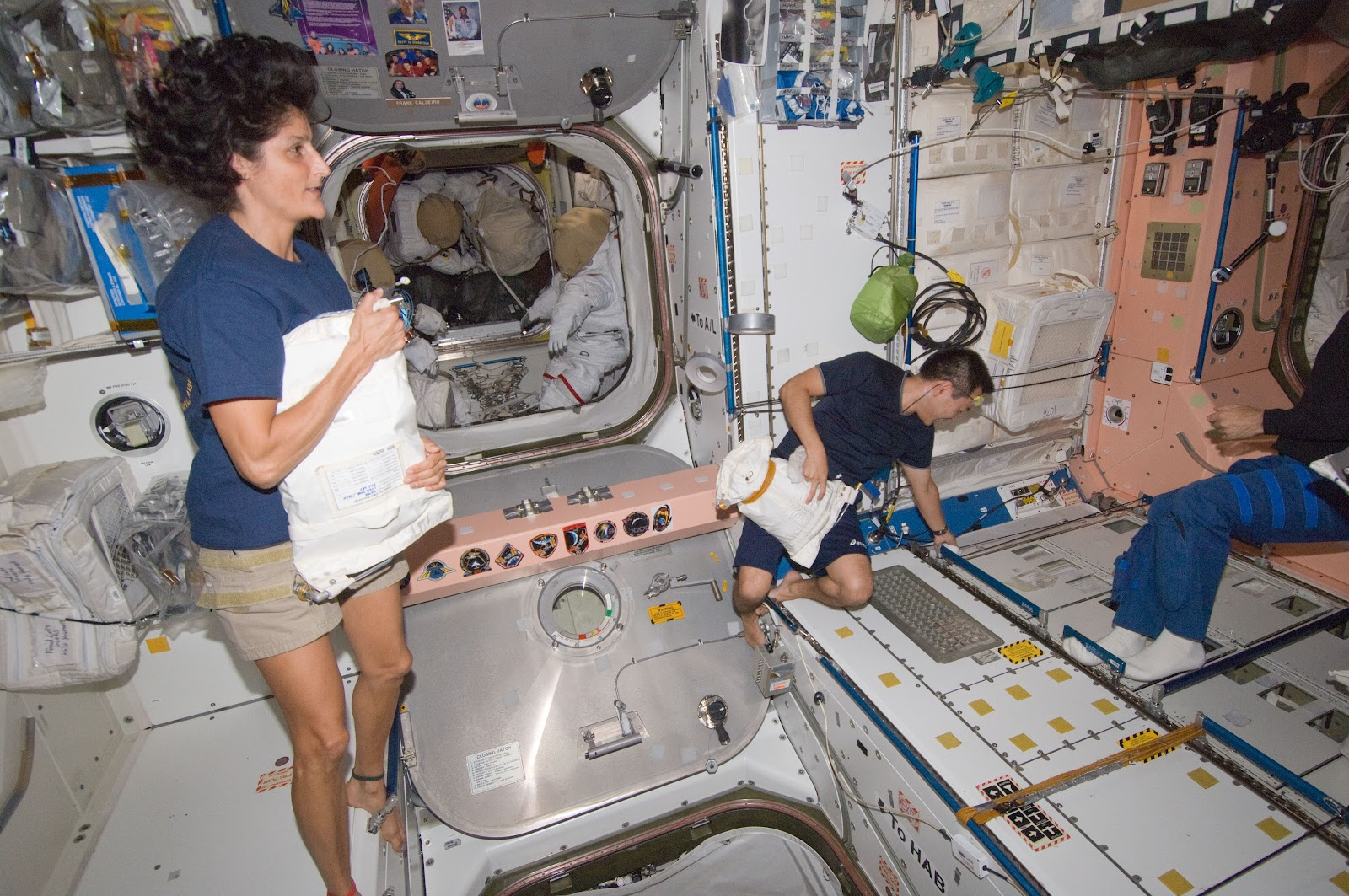 Pics For > International Space Station Interior Sleeping ...