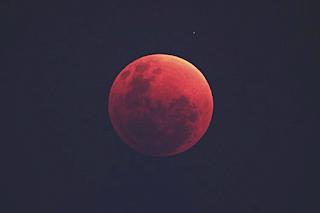 Lune écarlate rouge