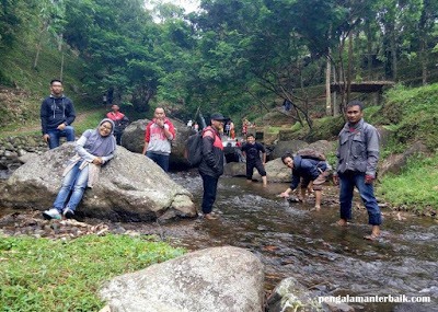 Pasukan Gambreng di wisata alam Capolaga, Subang