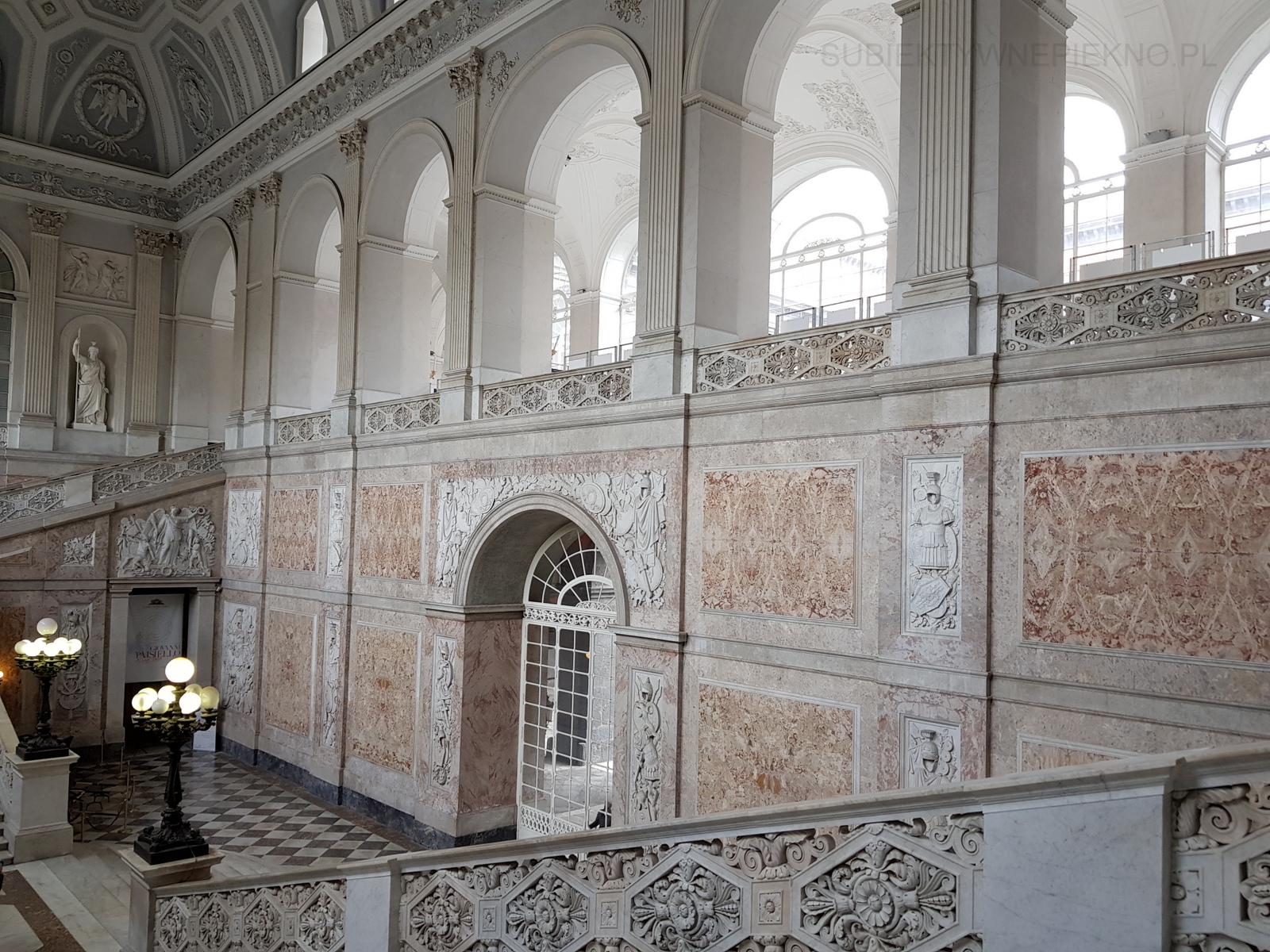 Neapol Włochy - Pałac Królewski w Neapolu w środku