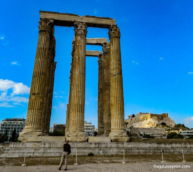 Atenas: o Templo de Zeus Olímpico e, ao fundo, a Acrópole