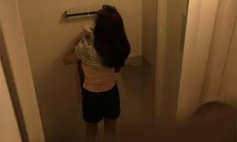 Nam sinh quay lén 2 cô giáo đi vệ sinh để tống tiền